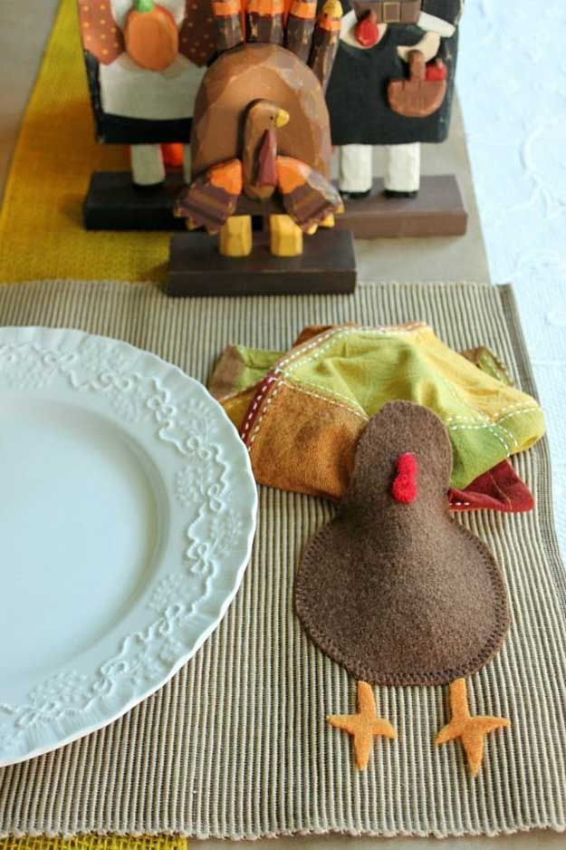 Felt Turkey & Napkin Thanksgiving Placemat | 14 DIY Placemats for Thanksgiving, check it out at http://diyready.com/homemade-thanksgiving-decorations-14-diy-placemat-ideas