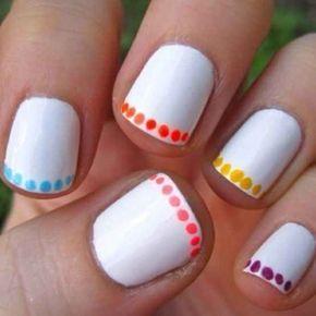Vous pouvez aussi ajouter une ligne de petits points colorés au bord de vos ongles. | 24 idées de manucures très faciles à réaliser