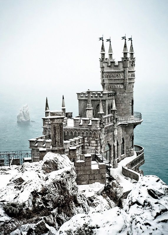 El castillo de Nido de Golondrinas se alza por encima del acantilado de Aurora se encuentra en la península de Crimea en el sur de Ucrania.