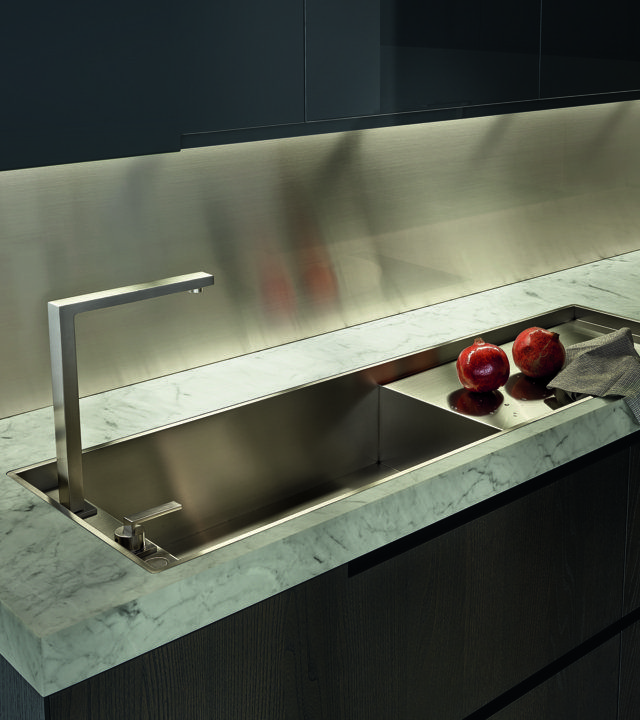 Varenna_PHOENIX_personalised fl ush built-in steel sink Varenna by Barazza with drain in steel.