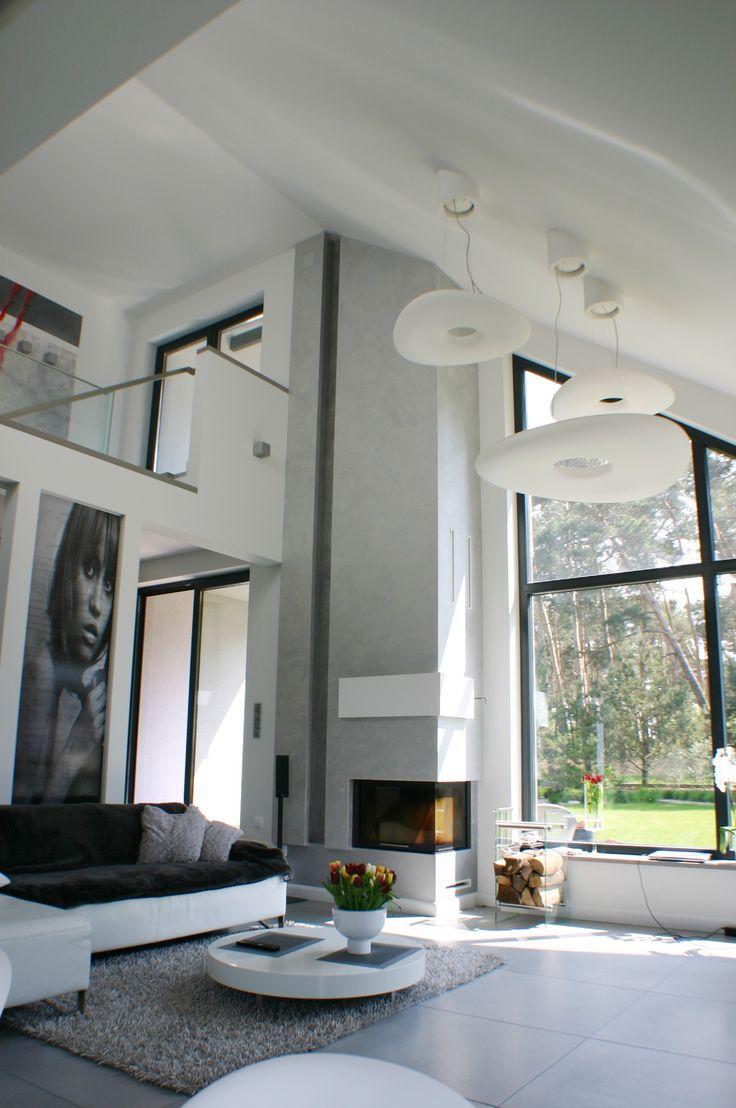 Duży otwarty salon z widokiem na ogród i ogromnym kominkiem/ Large open living room with garden views and huge fireplace