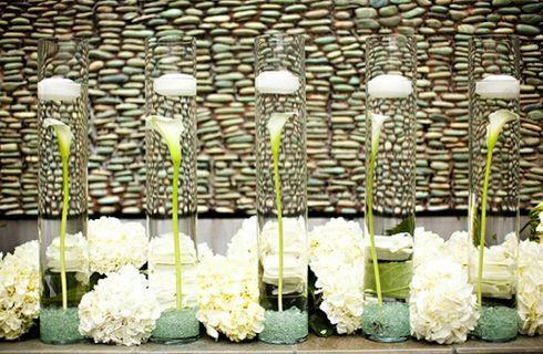 Addobbare la tavolacon candele e fiori galleggianti
