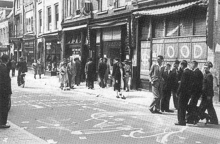 Steenweg 1942. Bekladde winkelruiten.