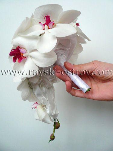 Оригинальный букет невесты из орхидеи на своих стеблях. Ручка свадебного букета украшена белой атласной лентой. - Свадебные букеты невесты в Минске, оформление свадебного зала тканями, живыми цветами, цветочные композиции.