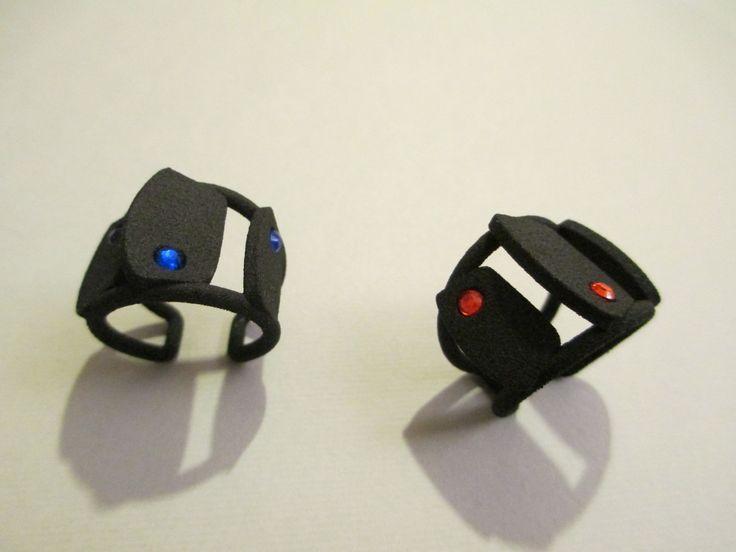 anello a pezzi con brillantini rossi o blu