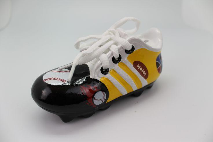 Hucha Zapatilla Futbol Niño. Original hucha de ceramica zapatilla de futbol para niños surtido en colores y presentada en cajita de carton blanca. Disponible en http://shop.pe/WThQG