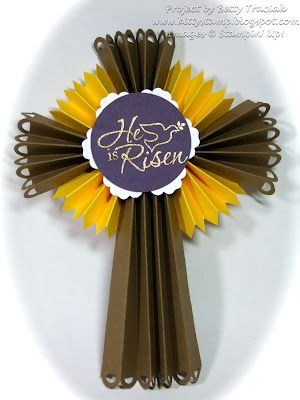 Dekorasi berupa origami yang terinspirasi perpaduan salib dan warna daffodil.