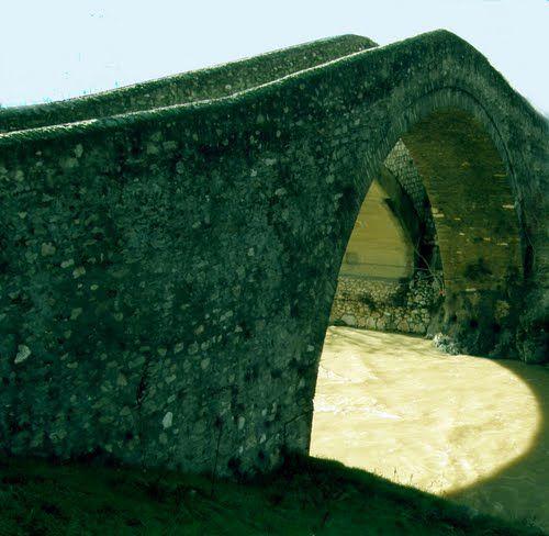 Ελασσόνα-πέτρινο γεφύρι  Evrenesoğlu ibrahim bey tarafından  inşa edilen osmanlı köprüsü...