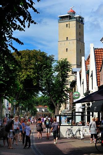 Vuurtoren Brandaris torent hoog boven alles uit in het dorp West (Terschelling)