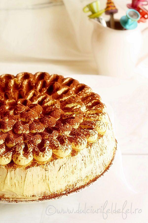 Mod de preparare Tort cu crema mascarpone si vanilie: Blat:  Separam albusurile de galbenusuri. Albusurile le batem spuma tare cu un praf de sare, la viteza
