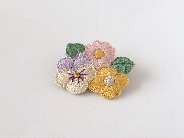 お花たちの刺繍ブローチ(pastel)