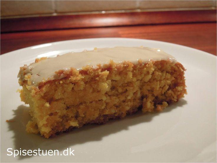 Emma skal have kage med til klassen i morgen, så vi har bagt Fredagskagen. Jeg har fået opskriften af en veninde, der har fået den af en anden…. Så jeg ved ikke helt, hvor den kommer fra. Det…