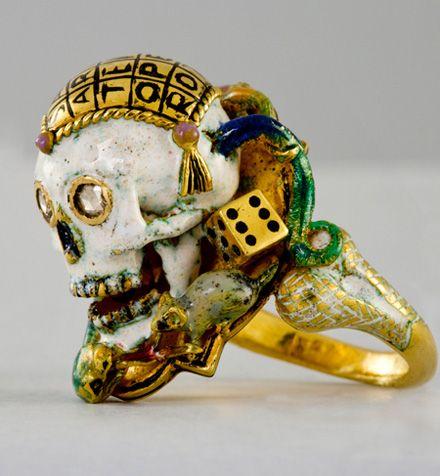 Bague en or et émail représentant un crâne traversé par un serpent – Création Codognato – Collection particulière © Andrea Melfi Moyen Age