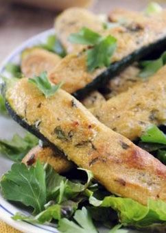 Überbackene Zucchini mit vegetarischer Parmesanfüllung: http://kochen.gofeminin.de/rezepte/rezept_ofengebackene-zucchini-mit-parmesanfullung_314602.aspx #vegetarisch