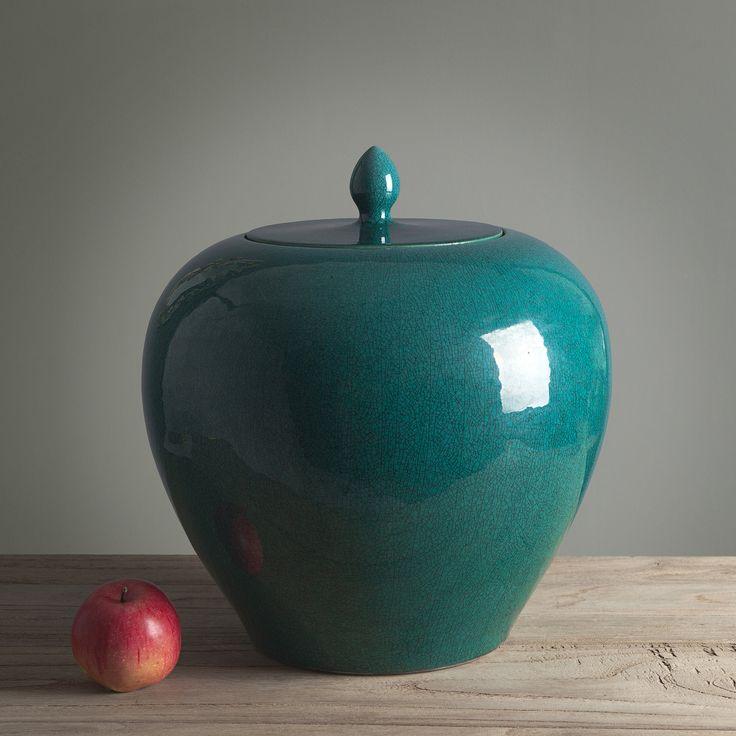 Керамическая ваза Lided выполнена в форме яблока. Для ее дизайна было использовано оригинальное цветовое решение: внизу сосуд имеет зеленый цвет, а сверху - цвет морской волны. Граница перехода оттенков хорошо заметна, что привносит некую самобытность предмету декора.