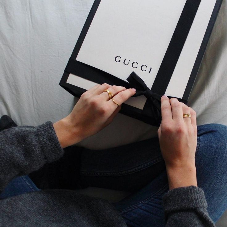 when happiness comes in a box #hvisk #hviskstyling #jewelry #gucci
