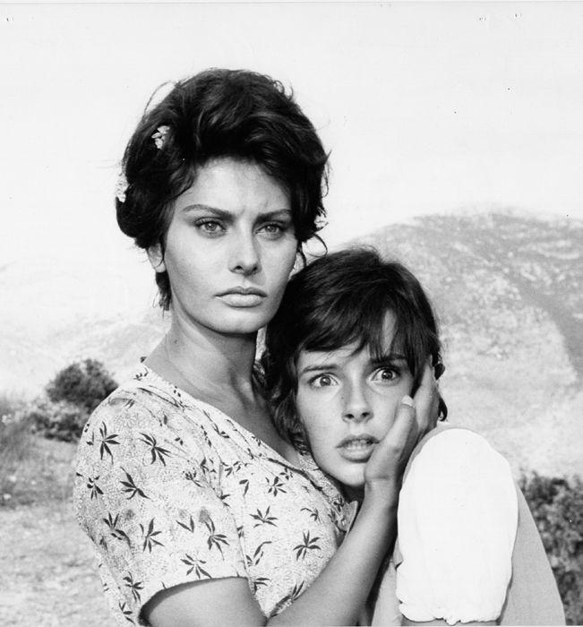 """Sophia Loren e Eleonora Brown in """"La ciociara"""" film del 1960 diretto da Vittorio De Sica, tratto dall'omonimo romanzo di Alberto Moravia"""
