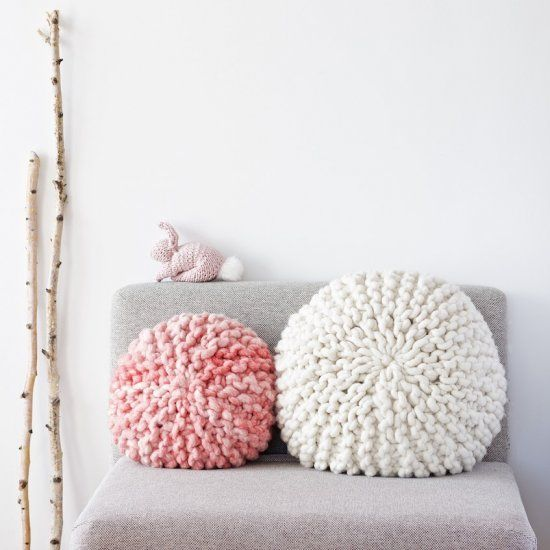 DIY Tutorial For A Chunky Knitted Round Pillow With Short Rows. Full text and picture tutorial