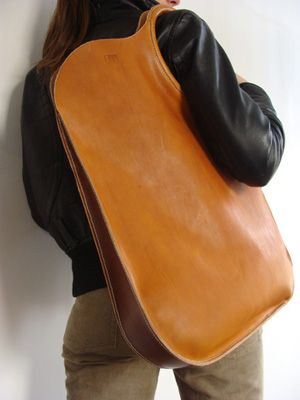 Unieke handgenaaide handtas uit zeer kwaliteitsvol plantaardig gelooid leder. De handvaten zijn vakkundig afgewerkt en zorgvuldig aan de tas genaaid. Kan op vraag in andere kleuren besteld worden. Afmetingen: 40cm/60cm.04
