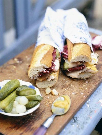 8x koken op de camping: Baguettes met varkensfilet met salie en knoflook van de barbecue | ELLE Eten