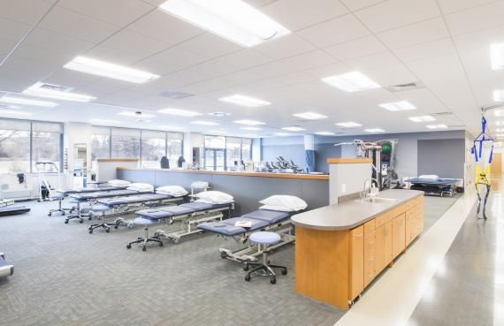 The physical therapy clinic is open to the public, providing a service to the community while allowing students to get hands‐on training. The layout surrounds an interior walking path, which is marked by a change in flooring pattern and equipped with a fall protection harness. Photo: Jordan Fugeman Photography