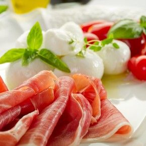 Заслуженно признанная одной из лучших в мире, итальянская кухня радует нас яркой насыщенностью вкуса и утонченностью ароматов.