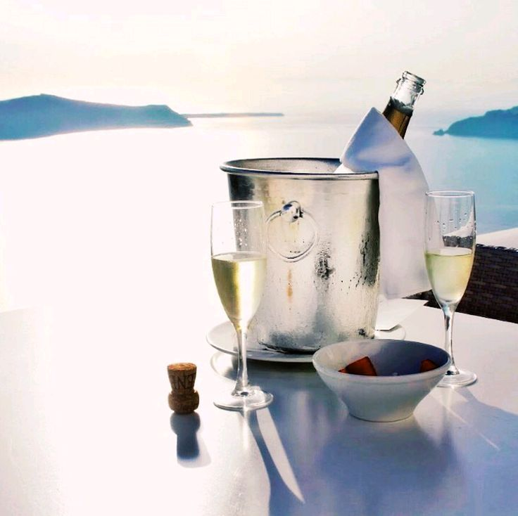 The perfect end to a beautiful day is full of sparkling wine and caldera views!  (Credits: @SipsandSojourn )