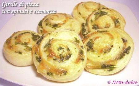 Ingredienti 1/2 dose di pasta per pizza 160 g di spinaci 60 g di scamorza in fettine sottilissime 1 uovo sale olio extravergine d'oliva Procedimento 1. Pre