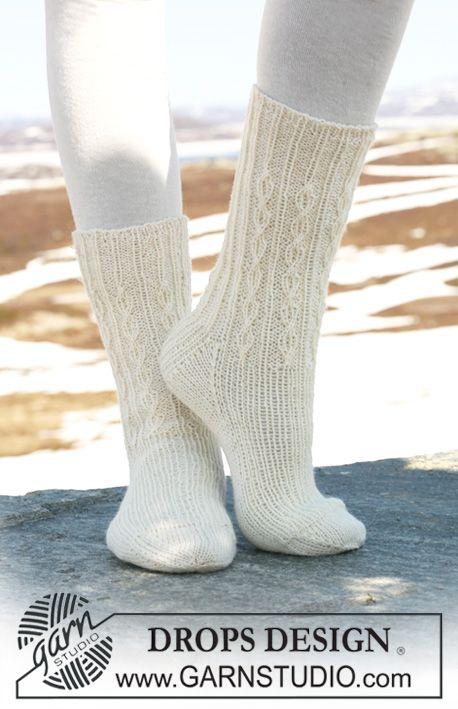 """DROPS sockor i """"Fabel"""" med resår och enkla flätor. Gratis mönster från DROPS Design."""