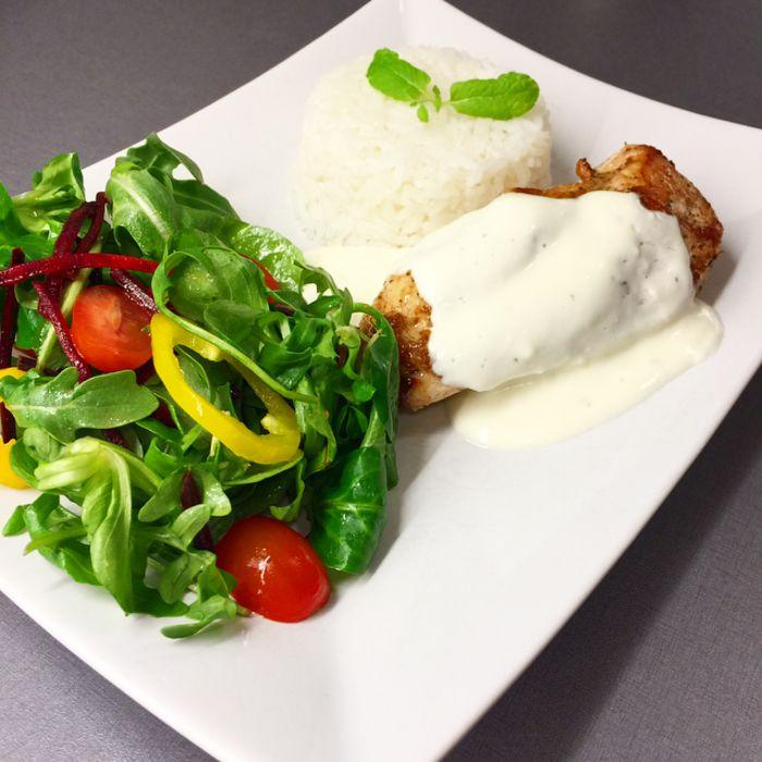 Kycklingfilé, ris och underbart god vitlökssås