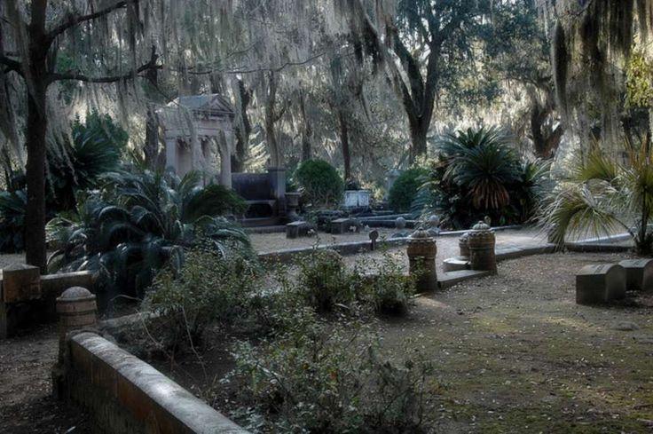 """Bonaventure, Savannah, Georgia, USA Den meisten Menschen ist der 1846 errichtete Friedhof vor allem wegen dem Titelbild des Buchs """"Mitternacht im Garten von Gut und Böse"""" von John Berendt bekannt."""