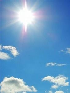 De zon is de grootste licht en warmtebron van de aarde. Zonder de zon zou de aarde nooit bewoonbaar kunnen zijn.
