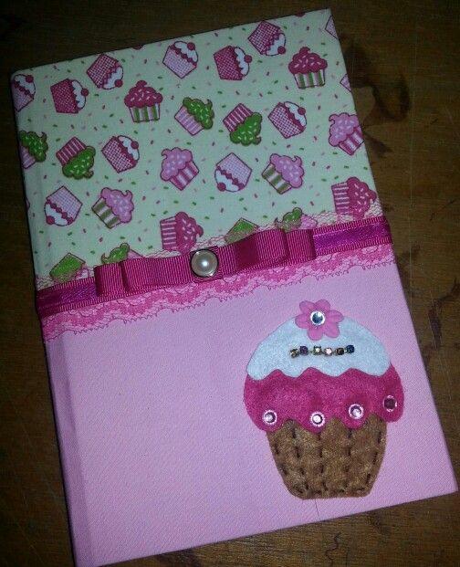 Caderno pequeno com 96 folhas pautadas, tipo brochura, forrado com tecido 100% algodão e aplicação de cupcake em feltro.