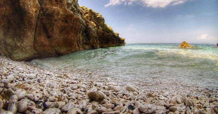 Buongiorno dalla spiaggia della #padulella a #portoferraio nello scatto di @aliceandthegianduiotto. Continuate a taggare le vostre foto con #isoladelbaapp il tag delle vostre vacanze all'#isoladelba. Visita http://ift.tt/1NHxzN3