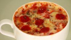 5 min Pizza für Faule, sie entsteht in einer Tasse!  Alles was du brauchst:  4 EL Mehl 1/2 TL Backpulver 1 Prise Salz 3 EL Milch 1 EL