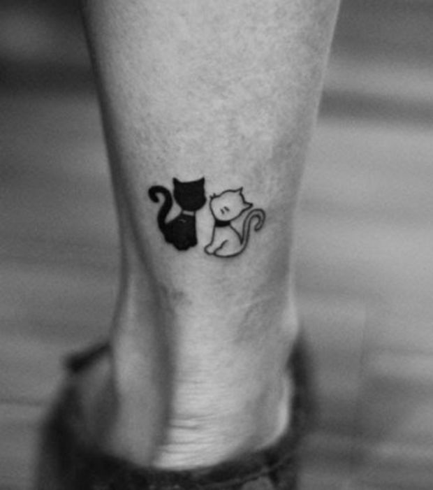 Tatuajes de gatos: una silueta en blanco y negro en la pantorilla