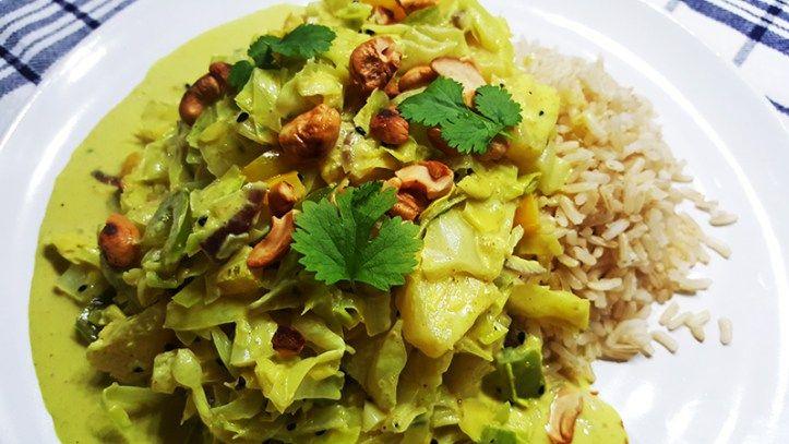 Simpele vegatarische curry met spitskool, paprika, ananas en cashewnoten #recept #food #eten #koken #vegetarisch