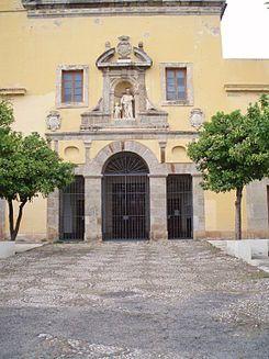 la iglesia de San Cayetano de Córdoba.JPG.......La iglesia es de estilo barroco como se puede apreciar en su interior, con frescos en toda la bóveda central, capillas laterales a lo largo de la misma y con un retablo en el que se encuentra la imagen de la virgen del Carmen que se procesiona por la cuesta y el barrio de Santa Marina todos los 16 de julio por los miembros de la Hermandad del Carmen.