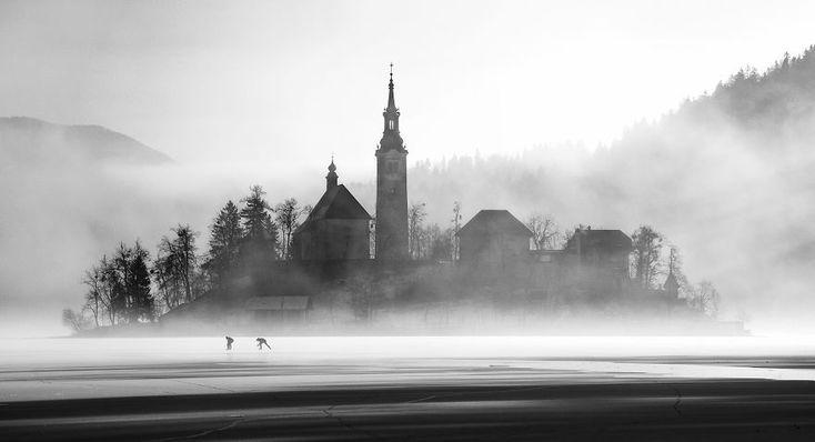 Il lago di Bled ghiacciato, fotografie di Ales Krivec. www.glyphs.it  #quadripersonalizzati #stampaquadri #stampaquadripersonalizzati