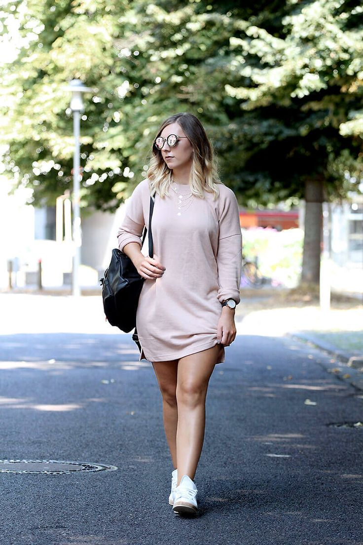 Robe pull nude et baskets