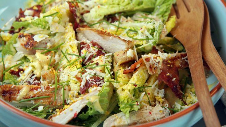 En klassisk salat med kylling, hjertesalat, parmesan og en ekstra god dressing. Det sies at det var Caesar Cardini som laget den første gang i 1924. Han var fra Italia og hadde restaurant i California. Foto: Tone Rieber-Mohn / NRK