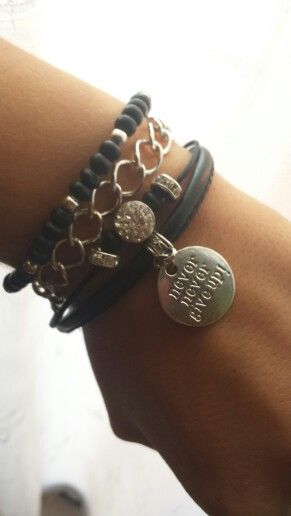 Pulsera black & silver con cadenas, strass y abalorios. Además con mensaje positivo: nunca te rindas!  / Black & silver multiple layered bracelet with chain and beads. Also with an inspiring message: never give up! - by Arriba Muñecas.