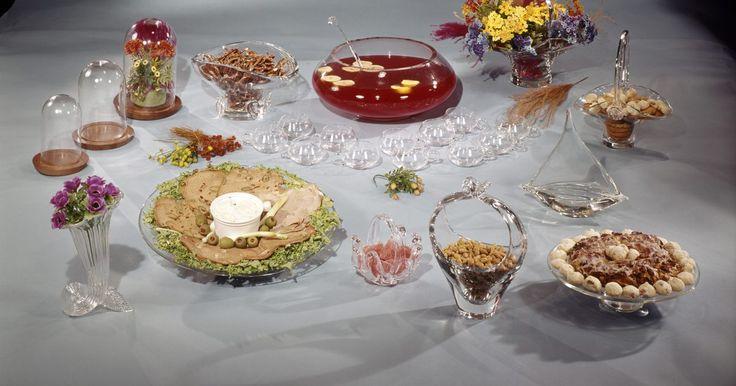 Aperitivos económicos para bodas. Si estás planeando tu propia fiesta de bodas, la comida puede ser una parte muy costosa de la cuenta. Servir aperitivos puede ser más barato y no requiere un cocinero. Ten en mente que los ingredientes de los aperitivos pueden ser costosos. Si estás intentando ahorrar dinero, debes combinar los ingredientes adecuados para aperitivos baratos, pero ...