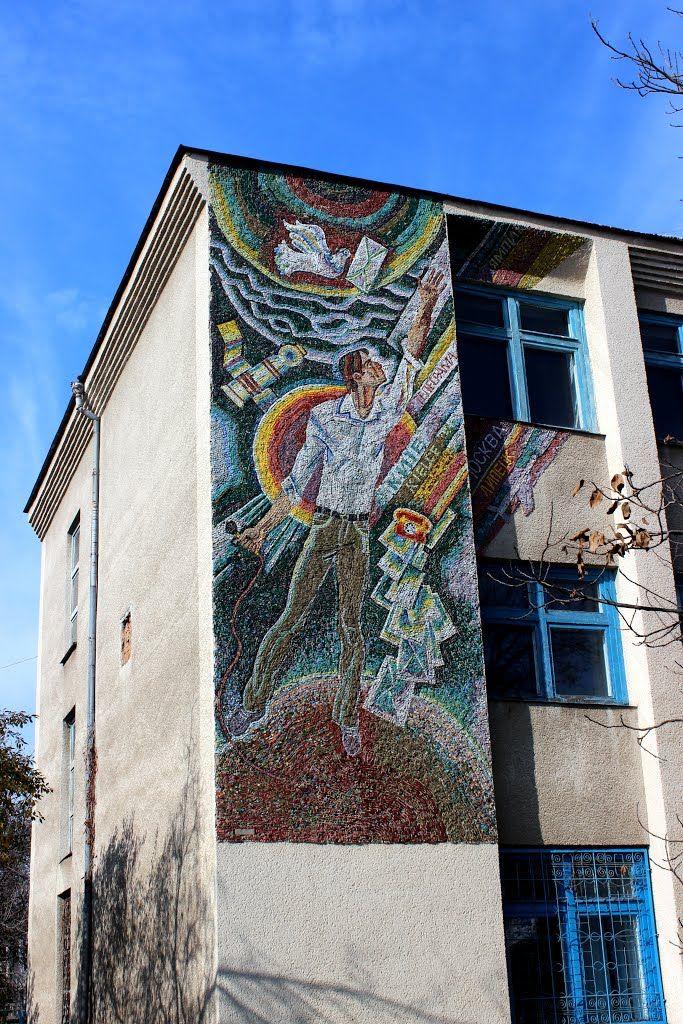 """Mosaic. Мозаика """"Связь без границ - от голубя до спутника в космосе"""" на здании почты. Ямполь."""