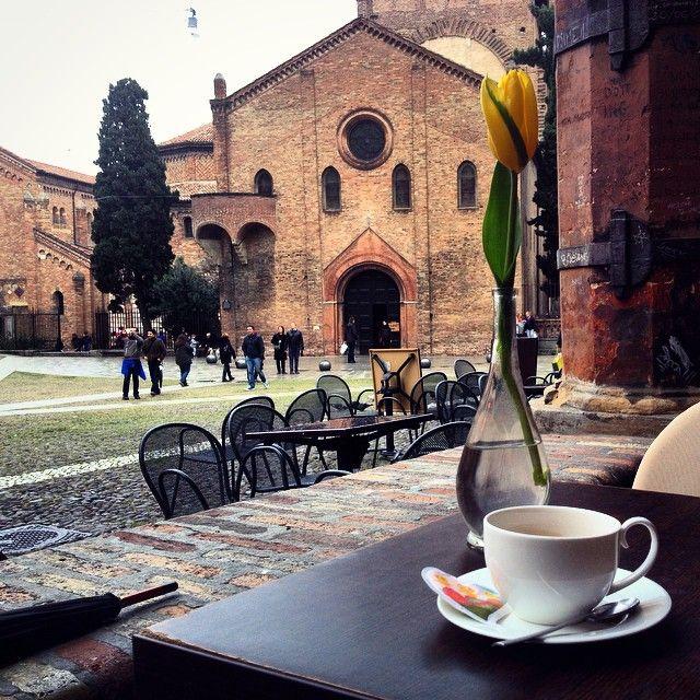 """Caffè con vista"" in Piazza SantoStefano a #Bologna - Instagram by @sarabertelli_"