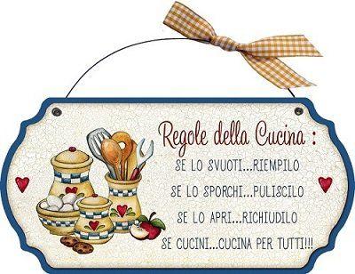 """targhetta sagomata in legno con ferretto """"Regole della cucina: se lo svuoti...riempilo, se lo sporchi... puliscilo, se lo apri...richiudilo, se cucini...cucina per tutti!"""", idea regalo, artigianato italiano, made in Italy, con frase scritta, spiritosa, fuori stanza, fuori porta, bomboniere, targa porta, tavola country, quadretto con ferretto, dimensioni cm 23x18: Amazon.it: Casa e cucina"""