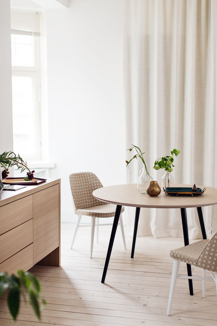Oiva table and Ulpu chairs. Design by Kirsi Valanti.