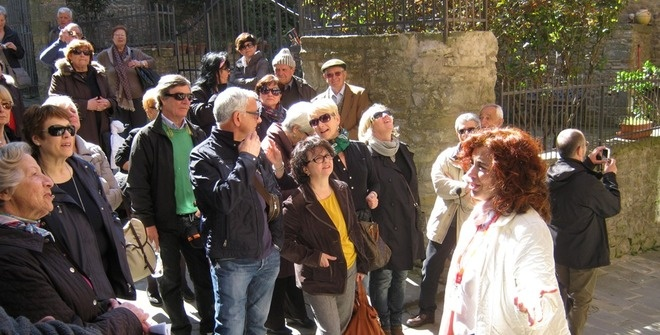 Guided walking tour of Cortona to a group from Rome - fun under the Tuscan sun !