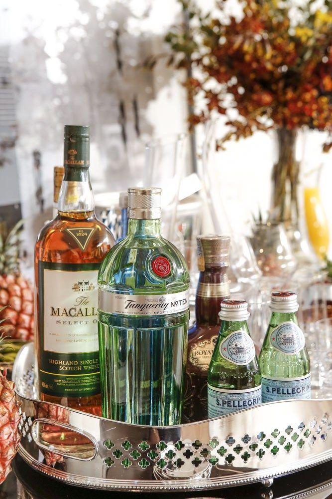 A proposta deste cantinho de bebidas é disponibilizar tudo o que os convidados precisam para que se sintam em casa, criem seus drinks favoritos e se sirvam com o que quiserem durante toda a ocasião. Assim, o anfitrião pode ficar mais tranquilo para aproveitar a companhia dos seus convidados. Peças em prata da marca St.James entre os itens em nossa mesa, encontrados na loja online Luxe 4 Home!