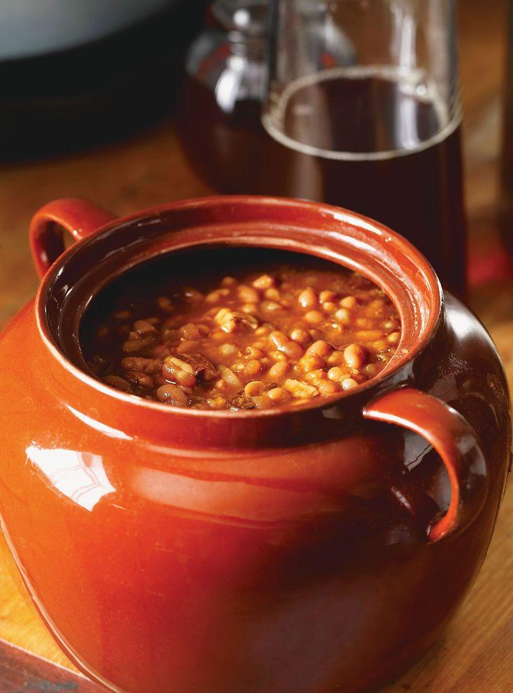 Recette de Fèves au lard. Recette du temps des sucres. Ingrédients: haricots blancs secs, oignons, lard salé entrelardé, tomates italiennes, ketchup, mélasse...